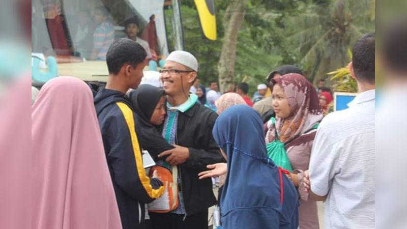 Jemaah Haji Sawahlunto Disambut Pihak Keluarga di Halaman Parkir Balaikota Sawahlunto
