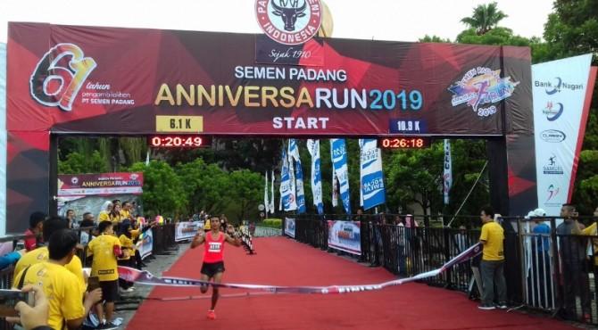 Salah seorang peserta Anniversarun 2019 PT semen Padang berhasil menyentuh garis finish.