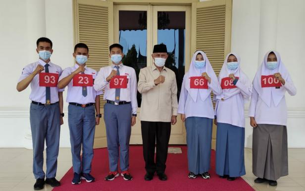 Gubernur Sumbar Mahyeldi Ansharullah foto bersama Paskibraka