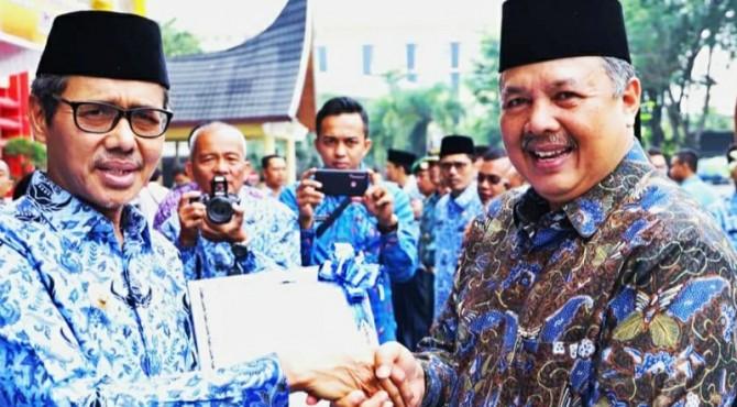 Gubernur Sumbar Irwan Prayitno menyerahkan penghargaan dari BNNP Sumbar kepada Wakil Solok Zul Elfian