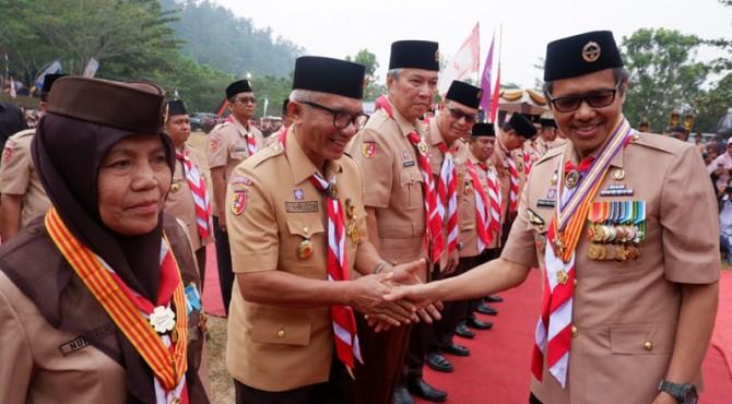 Kepala Perwakilan BKKBN Sumbar terima penghargaan Lencana Darma Bakti dari Mabicab Gerakan Pramuka Sumbar, Irwan Paryitno, Sabtu (14/9)