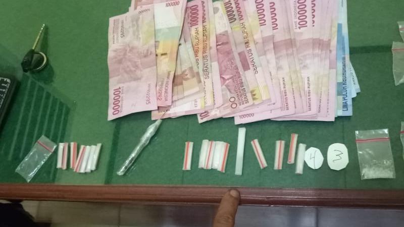 Barang Bukti Puluhan Paket Narkotika Jenis Sabu Serta Uang Tunai