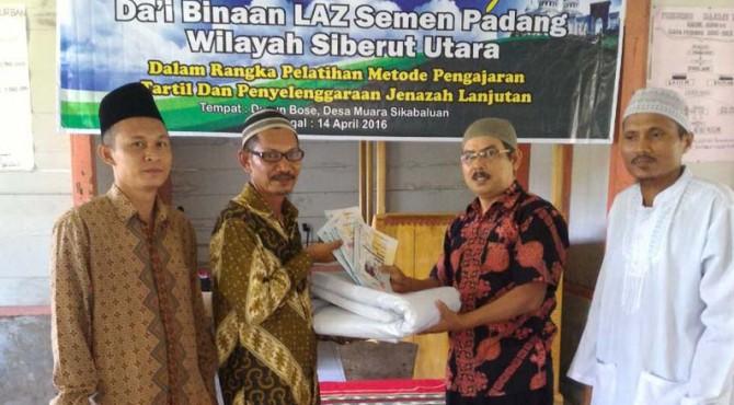 Ketua Harian LAZ Semen Padang M. Arif (dua dari kanan) menyerahkan buku paduan dan kain kafan kepada Da'i di Muaro Sikabaluan, Mentawai. Selain menyerahkan bantuan tersebut, LAZ Sedmen Padang juga menyerahkan honor bulanan kepada 9 orang Da'i di Dusun Bose, Muaro Sikabaluan