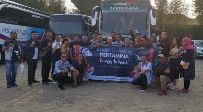 Puluhan awak media foto bersama dengan jajaan manajemen Pertamina Mor I Sumbagut.