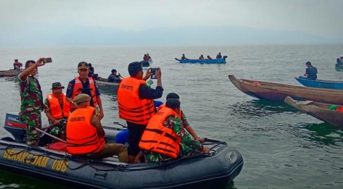 Tim gabungan melakukan penertiban Bagan di perairan Danau Singkarak.