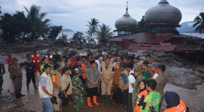 Gubernur Sumbar Irwan Prayitno meninjau lokasi banjir bandang Galapuang
