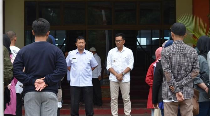 Wawako Payakumbuh, Erwin Yunaz saat melepas 16 pencaker yang akan magang ke BBPLK Semarang