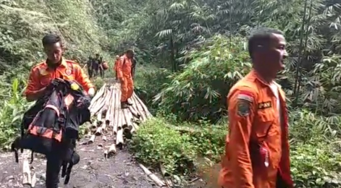 Tim SAR gabungan evakuasi 4 pendaki di Gunung Marapi