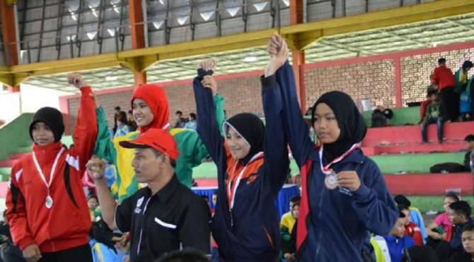 Pesilat Perisai Diri Semen Padang, Melsan Cahyani (dua dari kiri) saat berada di atas podium nomor 1 di Kejuaraan Pordida Sumbar beberapa waktu lalu