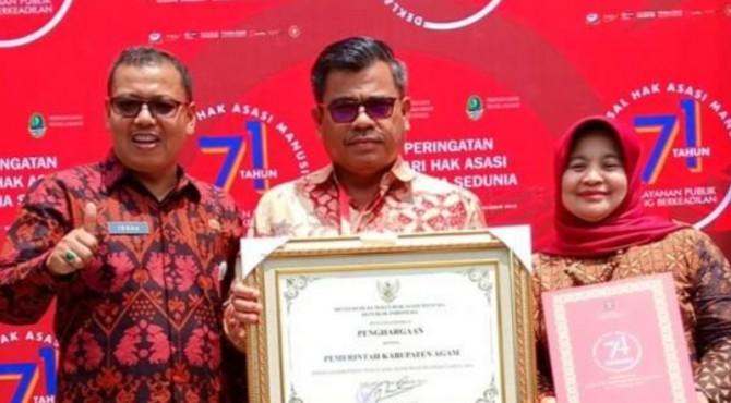 Sekda menerima penghargaan Kabupaten Peduli HAM 2019
