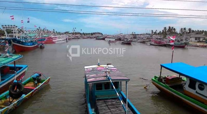 Kapal nelayan di kawasan muaro Pessel.
