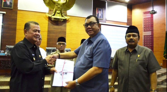 Ketua DPRD Sumbar bersama Wagub Sumbar Nasrul Abit usai rapat pembahasan Ranperda Kesejahteraan Sosial
