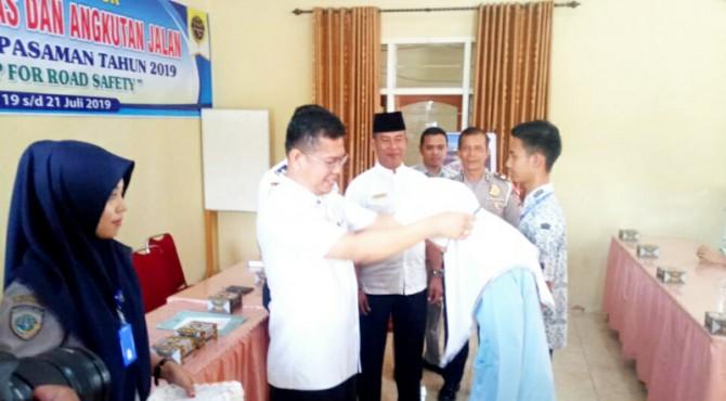 Wakil Bupati Pasaman, Atos Pratama mengalungkan tanda peserta.
