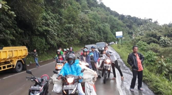 Situasi kemacetan di Jalan Padang-Solok saat Longsor