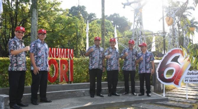 Dewan Direksi dan Komisaris PT Semen Padang foto bersama usai meresmikan Monumen Lori, Jumat (5/7/2019)