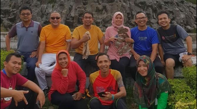 Dirut PT Semen Padang, Yosviandri (baju kuning) bersama Kepala Departemen Komunikasi dan Hukum Perusahaan, Oktoweri, (baju orange) foto bersama dengan anggota komunitas Semen Padang Runners Club usai latihan jelang mengikuti BRI Mandeh Run