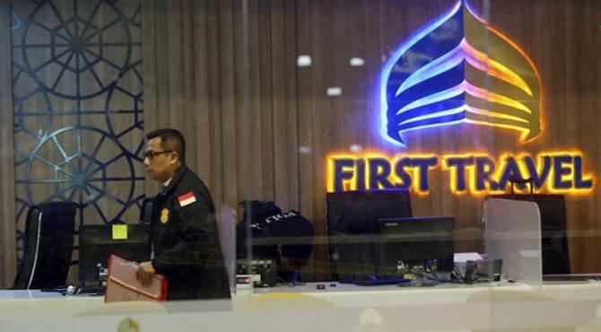 Polisi melakukan penggeledahan di kantor First Travel.