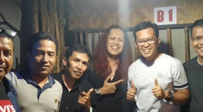 Wakil Walikota Payakumbuh Erwin Yunaz bersama Rino Casmir, Penyanyi Rock Kota Bandung asli Payakumbuh usai Silaturahim Musisi Payakumbuh.