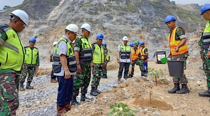 Danrem 032/Wirabraja Brigjen TNI Kunto Arif Wibowo (tiga dari kiri) meninjau kondisi pohon yang ditanam di kawasan reklamasi bekas areal tambang batu kapur PT Semen Padang, Rabu (21/8)