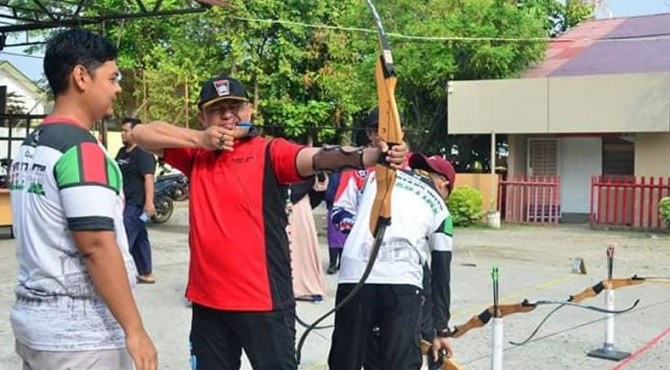 Kepala Dinas Pemuda dan Olahraga (Dispora), Mursalim mencoba menembak target