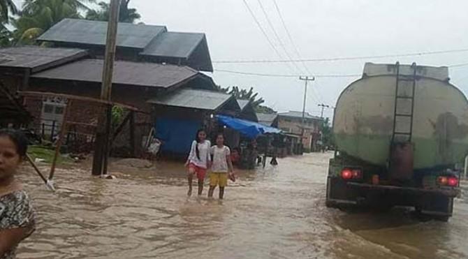 Ruas jalan raya di Pessel terendam banjir setinggi betis orang dewasa.