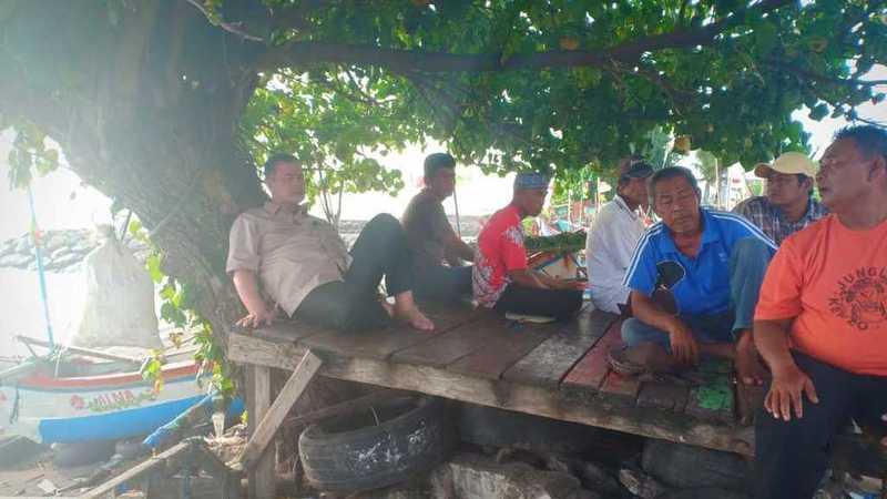 Wagub Sumbar Nasrul Abit berkelakar dengan nelayan di Pantai Padang