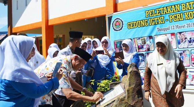Wali Kota Padang Mahyeldi Ansharullah  tandatangani prasasti gedung IGTKI-PGRI Kota Padang