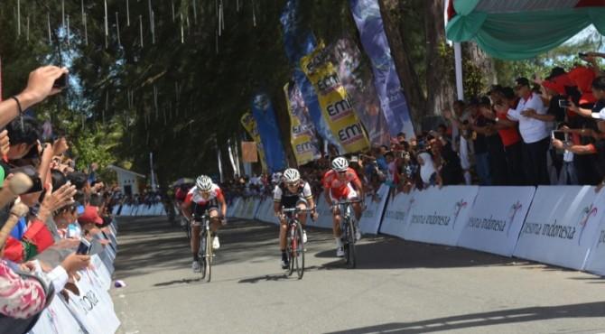 Pembalap TdS memasuki garis finish