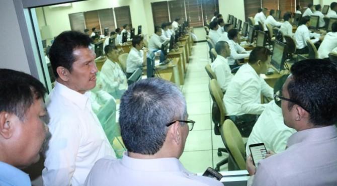 Menteri PANRB Asman Abnur saat meninjau pelaksanaan SKD dengan sistem CAT di kantor pusat BKN, Jakarta.