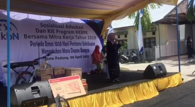 Anggota Komisi IX DPR RI, Betti Shadiq Pasadigue saat mengahadiri sosialisasi program KKBPK yang digelar BKKBN di Kota Padang, Senin, 8 April 2019.