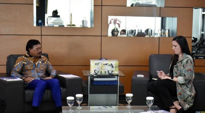 Menteri Kominfo Johnny G. Plate saat diskusi dengan Direktur Kebijakan Whatsapp APAC, Clair Deevy sebelum konferensi pers Peluncuran Global WA Group Permission, di Ruang Kerja Menkominfo Lt. 7, Jakarta,
