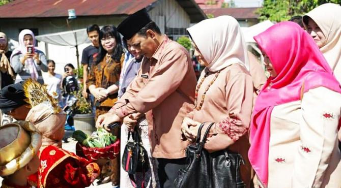Wawako Solok, Reinier menyambut kedatangan tim penilai Forikan Provinsi di kantor lurah Tanjung Paku