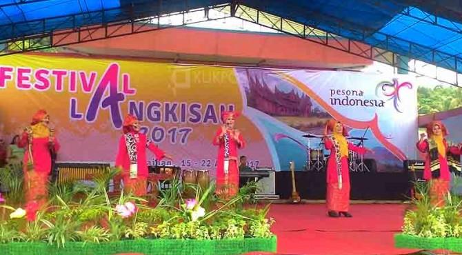 Istri Bupati Pessel bernyanyi saat pembukaan Festival Langkisau 2017 lalu.