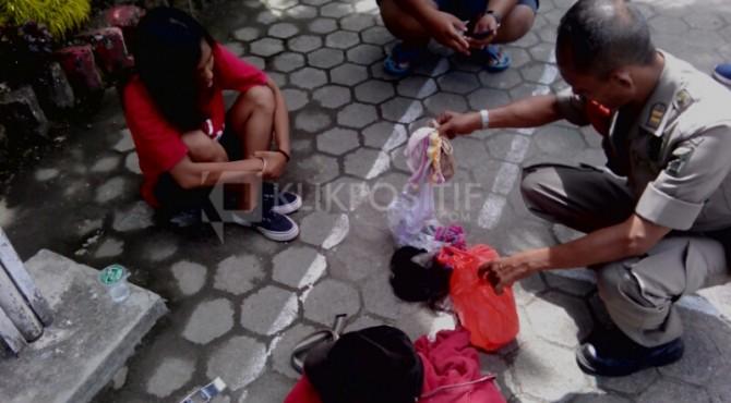 Salah seorang remaja perempuan yang diamankan oleh Satpol PP Padang
