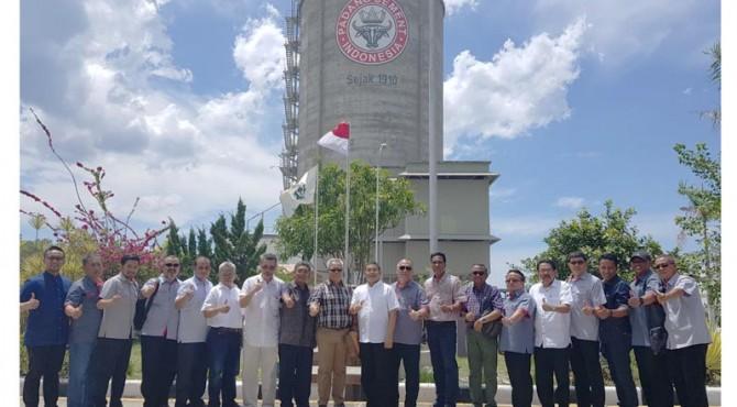 Foto bersama: Dekom, Kadep Penjualan dan Kadep Distribusi dan Transportasi PT Semen Padang bersama distributor Semen Padang di Aceh foro bersama di depan Silo Semen Padang di Kompleks Pelabuhan Malahayati.