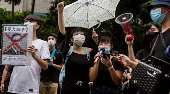 Ribuan pegawai negeri sipil atau PNS Hong Kong berkumpul pada Jumat (2/8) malam guna mendukung para pengunjuk rasa dan mendesak otoritas agar membangun kembali kepercayaan terhadap pemerintah