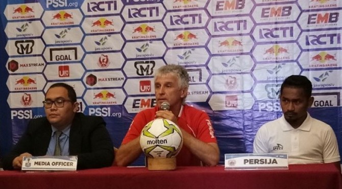 Pelatih Persija Ivan Kolev (tengah) dan pemain Ramdani Lestaluhu (kanan) dalam jumpa pers saat akan menghadapi Bali United.