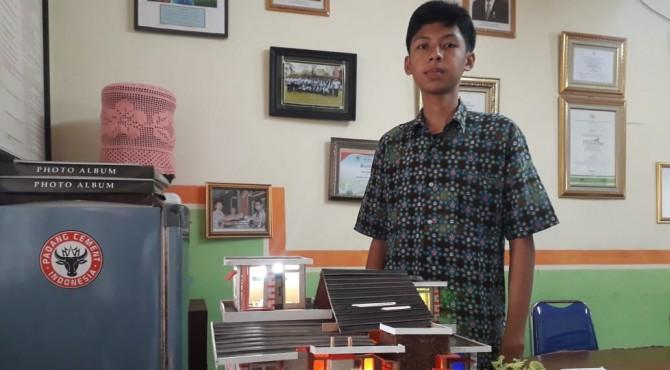 Muhammad Ihsan memamerkan karya inovasi SMK Semen Padang berupa market rumah yang dilengkapi dengan aplikasi kendali lampu jarak jauh