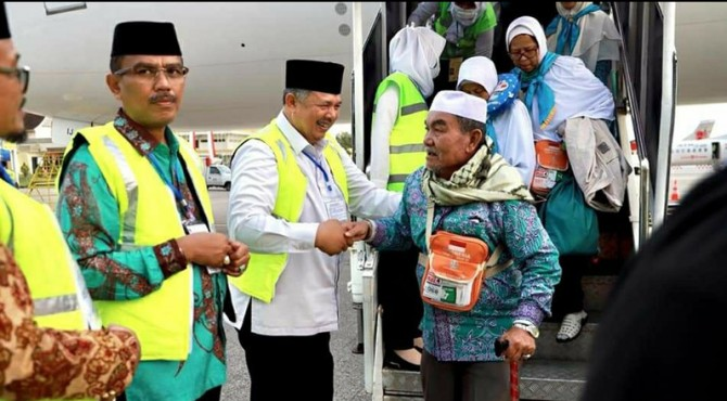 Wako Solok Zul Elfian menyalami jemaah yang baru turun dari pesawat.