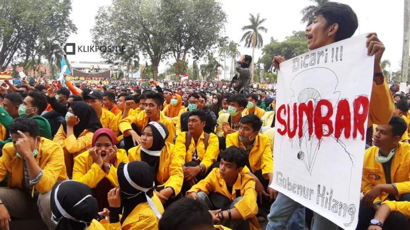Coretan nakal aksi mahasiswa se Sumatera Barat di Kantor Gubernur