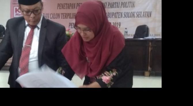 Ketua KPU Solok Selatan Nila Puspita didampingi Divisi Teknis Wilson Caniago menandatangani berita acara Rapat Pleno