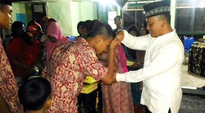 0305/Pasaman, Letkol, Arm, Cosmas Pramundhito saat memberikan santunan kepada anak-anak panti asuhan Al-Furqan