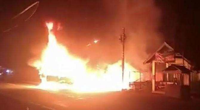 Mobil pickup saat terbakar di pinggir jalan di Simpang Bancah Pabik, Sei Paku IV Koto, Nagari Kinali, Kecamatan Kinali
