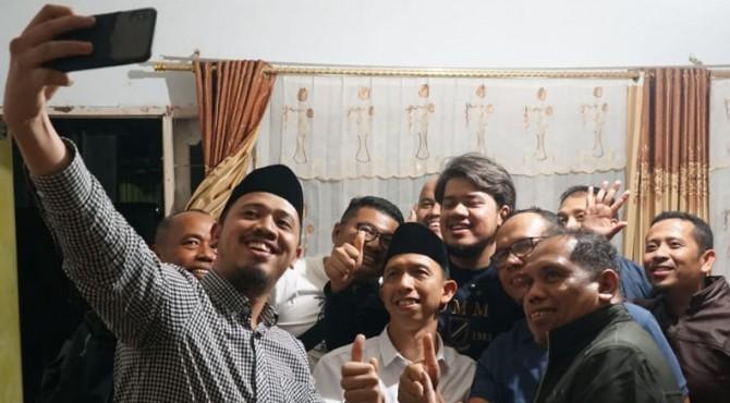 Erman Safar melakukan swafoto bersama pengurus DPD PKS Bukittinggi