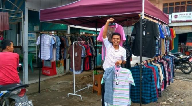 Salah Satu Pedagang Dadakan di Dharmasraya