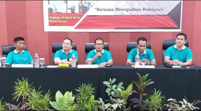 Ketua Mubes I FKKVSL PT Semen Padang, Darmansyah Siroen (tengah) saat memimpin sidang pemilihan Ketua FKKVSL pada Mubes I yang digelar di Hotel Imelda, Rabu, 3 April 2019