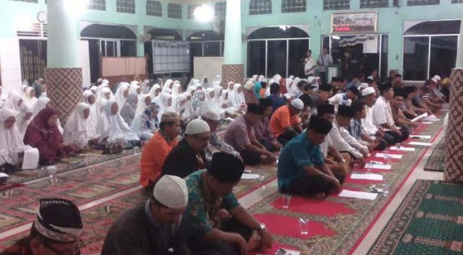 Forum anak nagari Pauh melakukan zikir dan doa bersama untuk keselamatan ABK asal Padang Wendi Rakhadian