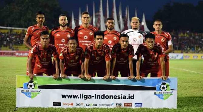 Line up Semen Padang FC saat melawan Sriwijaya FC di GOR Haji Agus Salim Padang.
