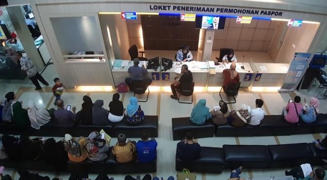 Suasana pembuatan paspor di kantor Imigrasi Padang