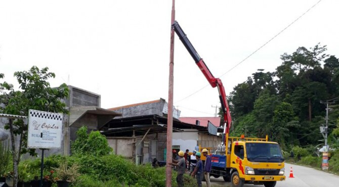 Petugas PLN tengah melakukan pemasangan jaringan baru di Ibukota Kabupaten Kepulauan Mentawai, Tua Pejat,